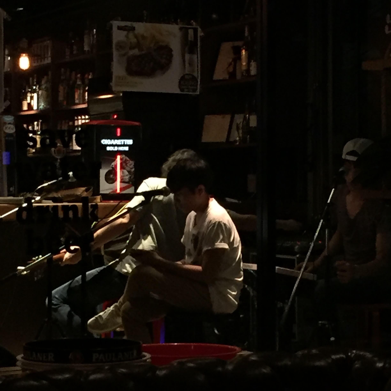 バーカウンターの横でセッティングするバンコクのミュージシャン